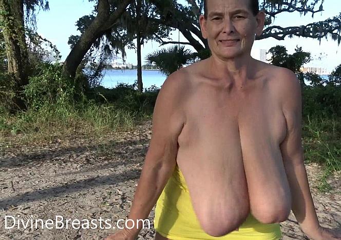 Sarah Big Boobs Bouncing at the Beach