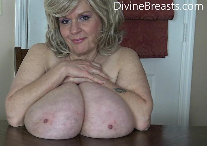 Suzie Titanic Big Tits Playing