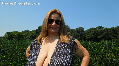 Sarah Flashing Her Giant Breasts