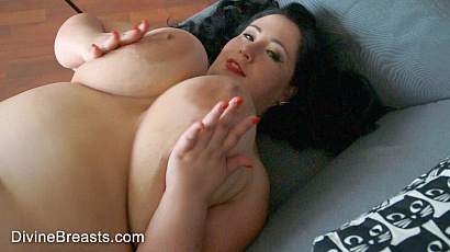 Amanzia Big Tits on Back Jiggle Show