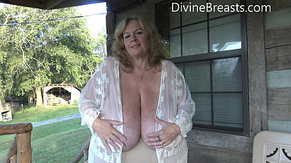 Suzie 44K Original Cleavage Queen